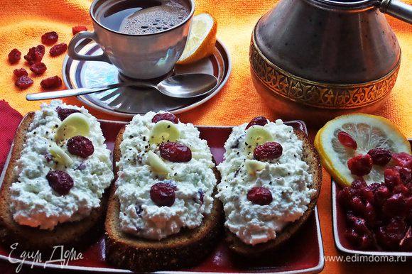 Украшаем ягодами и подаём к кофейку. Может кого удивлю, но в кофе под настроение люблю добавить тонкий кружочек лимона или выжать несколько капель сока:)