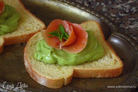 На ломтики хлеба выложить массу из авокадо и ломтики лосося. Приятного аппетита:)