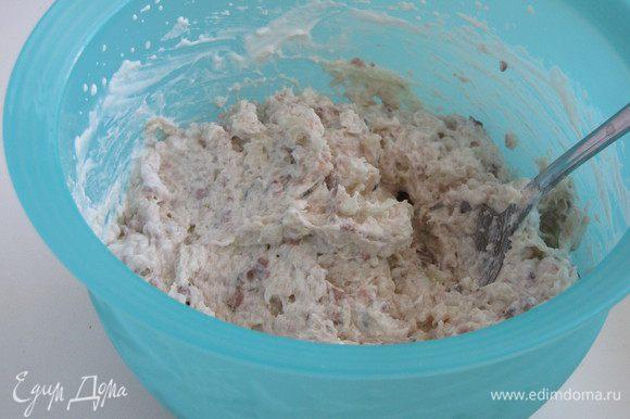 Взбить оставшиеся сливки в пышную пену и аккуратно смешать с селедочной массой.