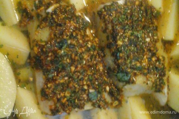 Чистим картошку, разрезаем на 4 части, кладем в кастрюлю, добавляем 1/2 стакана воды и 1/2 кубик овощного бульона .
