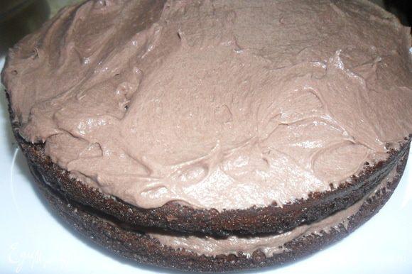 Собираем торт. Перемазываем коржи кремом, отложив чуть крема для украшения.