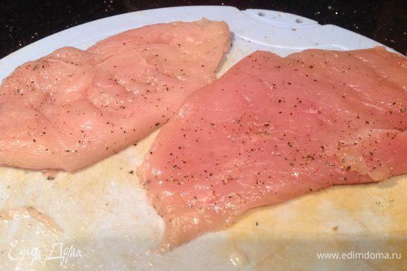 Куриную грудку разрежьте вдоль на две части, слегка отбейте, посолите и поперчите, смажьте растительным маслом с двух сторон.
