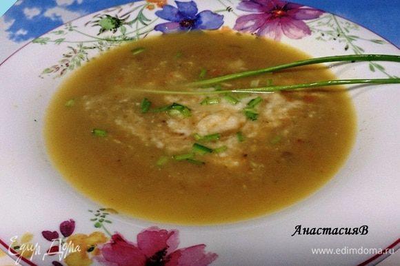 Вначале в глубокую тарелку налить каштанового супа, в центр кладем пюре из сельдерея, посыпать рубленым шнитт-луком. Приятного аппетита!