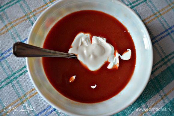 Для соуса к томатному соку добавьте сахар, сметану и перемешайте, а при необходимости - подсолите.