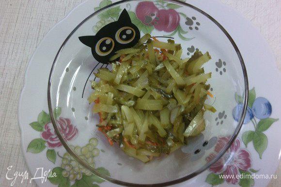 Второй слой - маринованные огурчики. p.s.: в салатик идет 2 огурчика, третий - на украшение :)