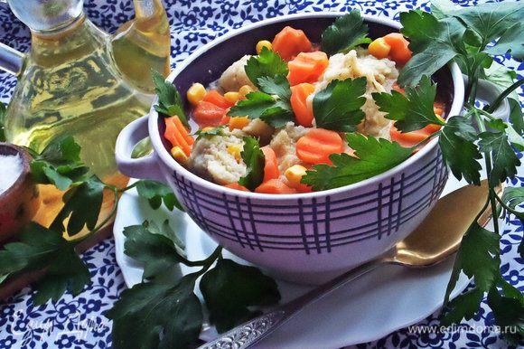 """Кто любит супчики с клёцками, советую приготовить такой суп от Натальи: http://www.edimdoma.ru/retsepty/72060-sup-s-mannymi-kletskami Только я добавила от себя кукурузу и укроп в клёцки. Если делать маленьким детям, то лучше клёцки поменьше кидать, они разбухают. У меня вышли """"на два укуса"""", но у меня и детки взрослые :)"""