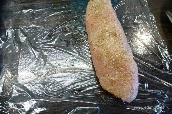 Готовые рулеты плотно в несколько слоев обматываем пищевой пленкой, чтобы начинка при варке не вылезла.