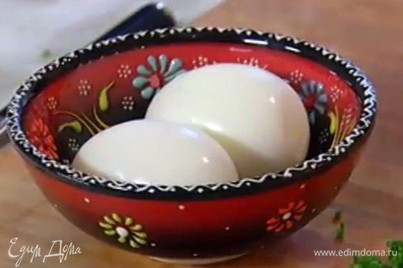Яйца сварить вкрутую.