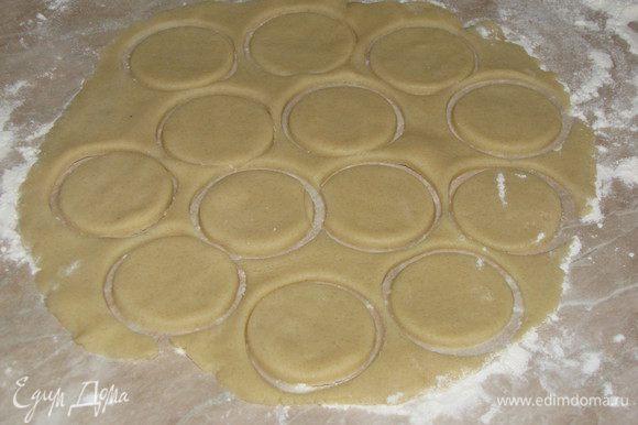 Разделить тесто на две части. Первую раскатать в круг и вырезать рюмкой кружки, толщина кружков примерно 0,5 см.