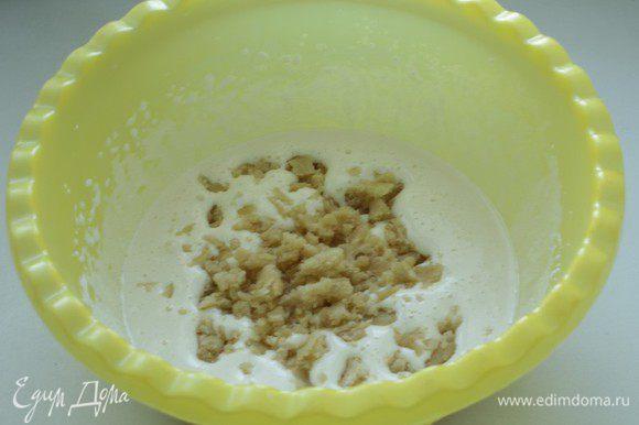 Яйца взбейте с сахаром. Порвите марципан и добавьте к яичной массе. Взбивайте до однородной массы