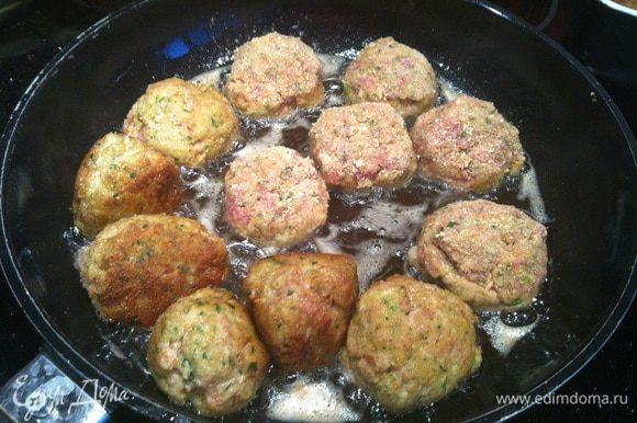 Скатайте из фарша небольшие шарики, обваляйте их в оставшихся молотых сухарях. На сковороде разогрейте небольшое количество оливкового масла, и обжарьте на ней фрикадельки до золотистого цвета, по мере необходимости добавляя масло.