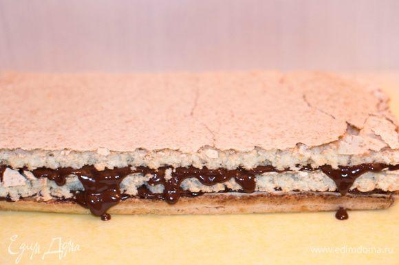 Кокосовый корж разрезать на 3 части. Каждый корж смазать ганашем. Верхний корж и боковые поверхности торта так же покрыть ганашем.
