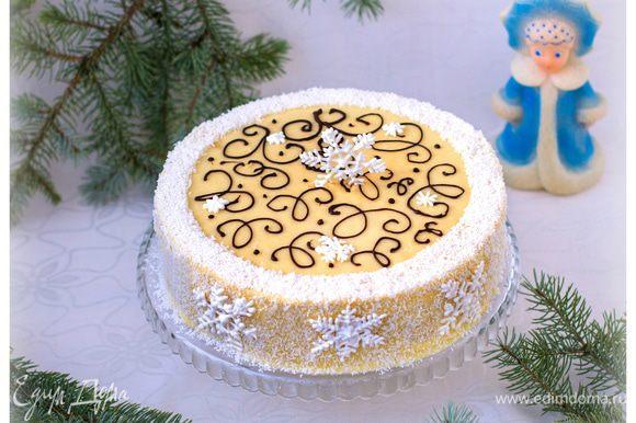 Каждый корж промазывать кремом, посыпать кокосовой стружкой и складывать друг на друга, слегка прижимая. Верхний корж и боковую поверхность торта также промазываем обильно. Украсить кокосовой стружкой и растопленным шоколадом из корнета.