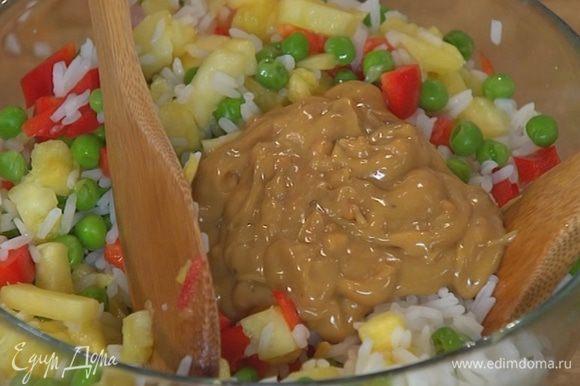 Выложить в салатницу готовый рис, зеленый горошек, ананас и сладкий перец, все полить заправкой и перемешать.