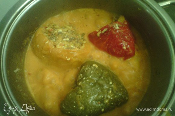 По истечении времени добавляем томатный соус и сметану. Готовить ещё 20 минут.