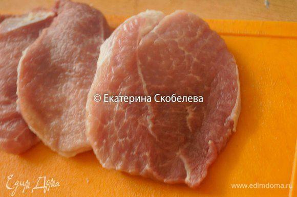 Свинину промыть, нарезать на порционные куски, обсушить бумажным полотенцем и немного отбить. Натереть черным молотым перцем и солью. Можно использовать для мяса свою любимую приправу по вкусу.