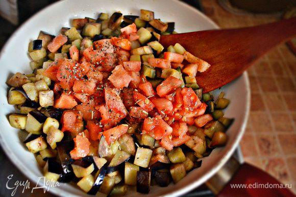 Помойте и порежьте кубиками баклажан. На подготовленном чесночном масле обжарьте баклажаны до размягчения, периодически помешивая, чтобы не подрумянились. Добавьте порезанные кубиками помидоры (кожицу от помидор предварительно необходимо снять). Добавьте соль, смесь 4 перца, базилик, орегано и перемешайте. Потушите ещё 5 мин.
