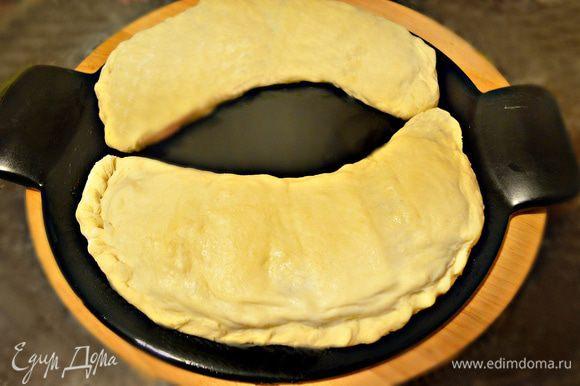 Положите кальцоне на смазанный маслом противень или в форму для пиццы (или как у меня, камень для пиццы).