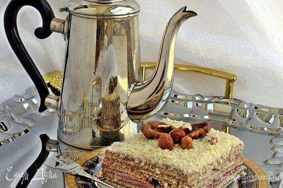 Украшаем орехами или вафельными трубочками. Приятного аппетита. Торт хорошо режется и не размокает. Особенно вкусен он на следующий день после приготовления.