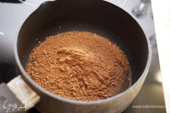Перед подачей полить глазурью. Глазурь следует готовить непосредственно перед глазировкой. Залить пластину желатина водой. В небольшом сотейнике хорошо перемешать сахар, воду и какао, до растворения сахара. Довести смесь до кипения.