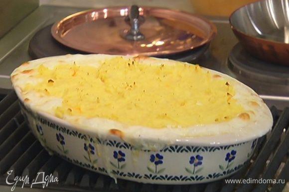 Выпекать пирог в разогретой духовке 40 минут.