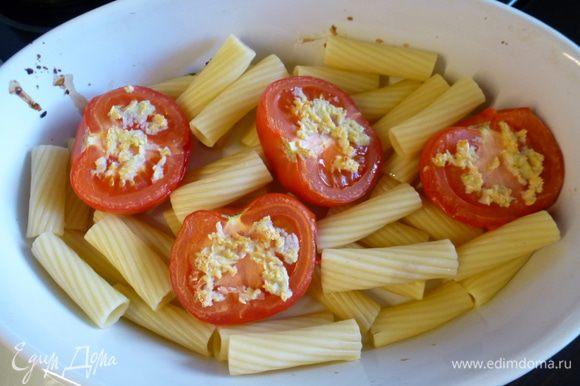 Заранее отвариваем макароны согласно инструкции на упаковке или используем остатки обеда. В ингредиентах дан вес готовых отварных макарон. К помидорам выкладываем макароны.