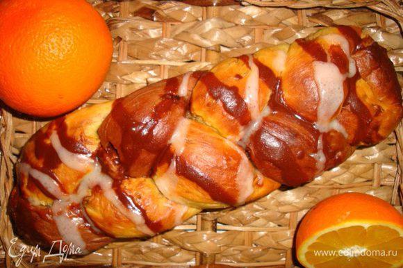 Полейте хлеб двумя видами глазури. Приятного аппетита!