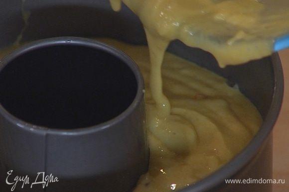 Круглую форму для кекса смазать растительным маслом, влить тесто и равномерно распределить.