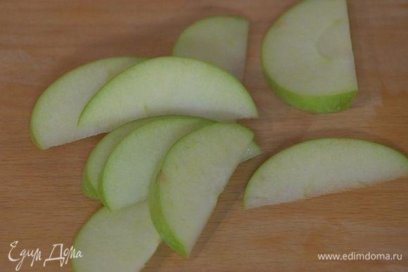 Оставшуюся половинку яблока нарезать тонкими дольками.