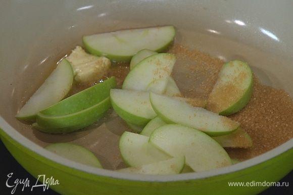 Разогреть в сковороде сливочное масло, всыпать оставшийся сахар и выложить дольки яблока.