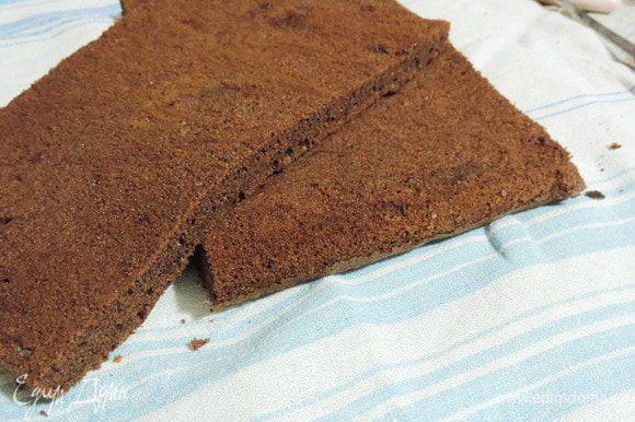 Готовый бисквит остудить, разрезать на два равных пласта.