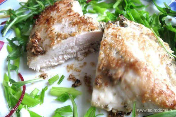 Грудки обвалять в толченом кунжутном семени (в сухарях). Сковороду разогреть, жарить на оливковом масле на среднем огне по 2 - 3 минуты с каждой стороны без крышки, затем под крышкой еще по 2 - 3 минуты с каждой стороны на средне-слабом огне. Перед подачей дать грудке полежать на тарелке несколько минут, неплотно прикрыв ее фольгой.