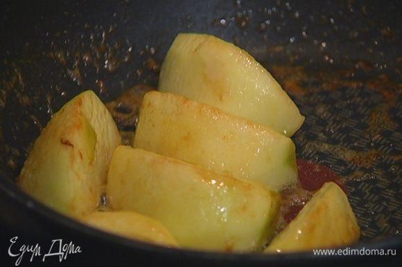 Приготовить начинку: яблоко почистить и, удалив сердцевину, разрезать на 8 частей; в небольшой сковороде разогреть 1 ч. ложку сливочного масла, выложить яблоки, посыпать их сахаром и закарамелизировать.