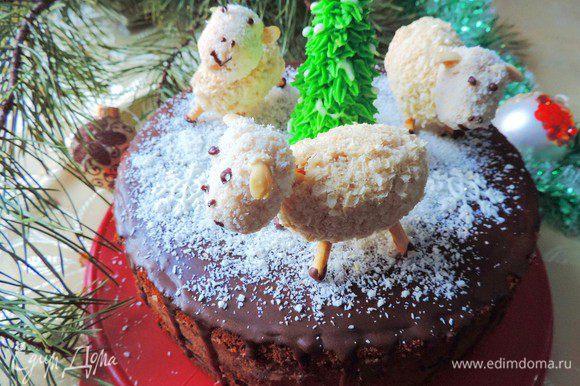 Украшаем торт по желанию. Я посыпала его сверху кокосовой стружкой, имитируя снег. Поставила сверху овечек, как их сделать смотрим здесь http://www.edimdoma.ru/retsepty/71192-pirozhnoe-novogodnie-ovechki и айсинговую елочку, МК смотрим здесь http://www.edimdoma.ru/club/posts/13846-novogodnie-elochki-iz-aysinga