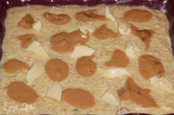 Выливаем массу в форму, выкладываем сверху оставшееся масло. Необязательное вареное сгущенное молоко и сливочное масло смешиваем и тоже частями распределяем по поверхности кугеля.