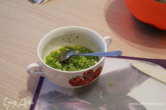 Для маринада смешать сок апельсина с маслом, солью, перцем молотым, измельченным чесноком и базиликом. Добавить нарезанный зеленый лук.