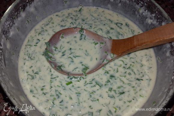 Соединяем тесто с зеленью и тщательно перемешиваем.