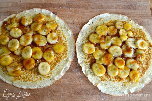 На них выложить бананы в карамели и распределить по всей поверхности блинов.