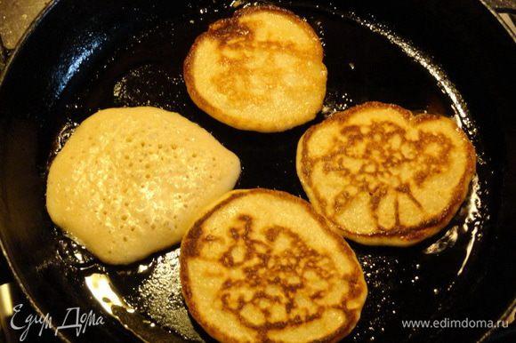 Теперь жарим на масле с обеих сторон до румяного цвета. Можно печь не только как оладушки, выкладывая тесто по столовой ложке, но и залить пару ложек теста, заполняя почти всю сковороду - одним большим блином (в оригинале именно так).