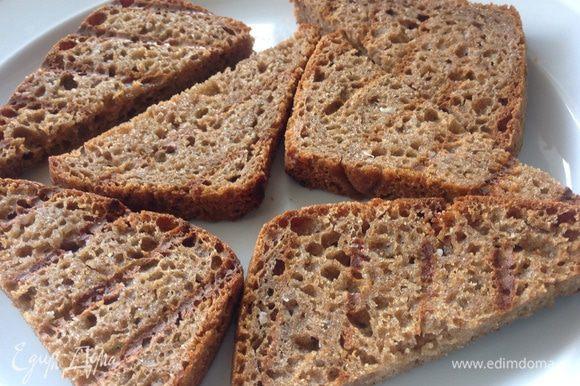 Поджарить хлеб в двустороннем гриле или в тостере без масла. Натереть готовые тосты чесноком, подавать салат из тунца на кусочке этого хлеба. Это очень вкусно. Теперь это наша любимая закуска. Приятного аппетита :-)