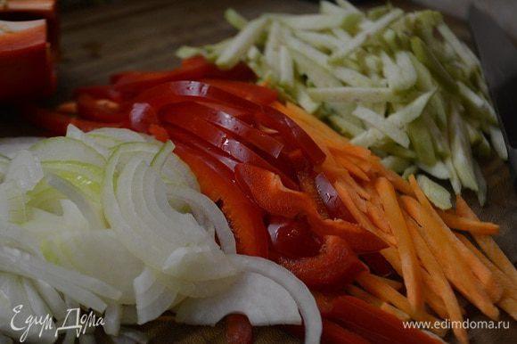 Готовим начинку: болгарский перец и морковь нарезать соломкой. Баклажан очистить от кожуры и также нарезать соломкой, лук полукольцами.