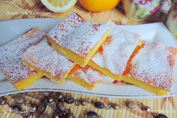 Готовой запеканке дать немного остыть, затем вынуть из формы, нарезать на порционные кусочки, при желании посыпать сахарной пудрой и наслаждаться.