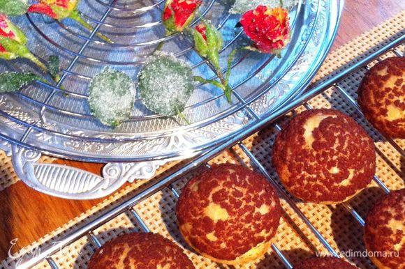 Готовые пирожные вытащить из духовки, дать полностью остыть.
