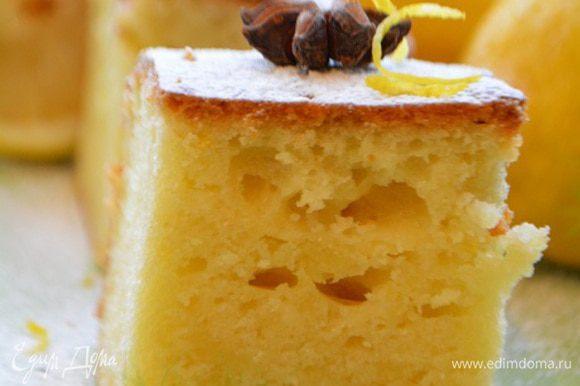 Остудить, вытащить из формы и нарезать на порционные кусочки. Подавать, посыпав сахарной пудрой или полив взбитыми сливками. Приятного аппетита!