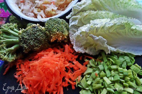 Подготавливаем овощи чистые. Морковь натереть на крупной тёрке, порей нарезать кусочками, перец соломкой. Все овощи берём произвольно, сколько душа просит!