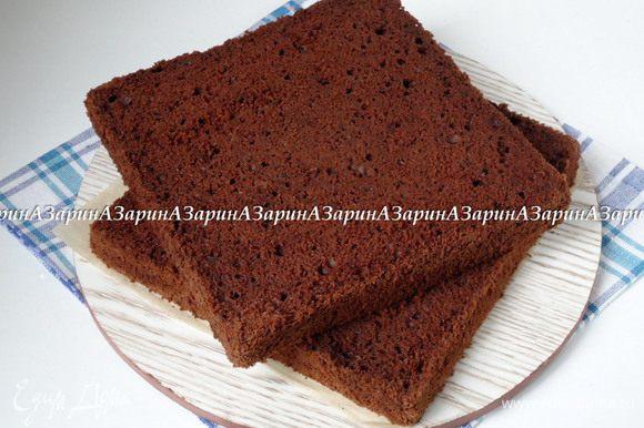 Сборка торта: Бисквит разрезать на два коржа. Достать из морозильной камеры крем- брюле и освободить его от фольги. Если у вас форма с низкими бортиками, то лучше их нарастить, т.к. торт получается высоким.