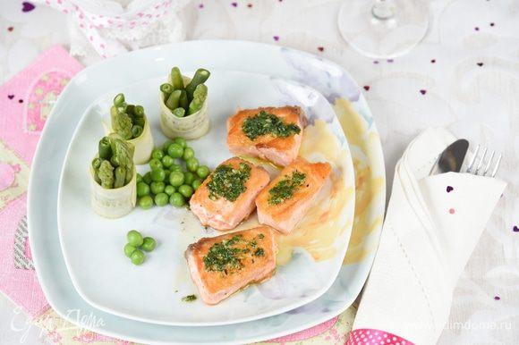 Подаем рыбу, полив тёплым соусом, с овощными роллами и горошком. Соус дополнительно в соуснике. Угощайтесь.