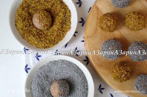 Из творожной массы скатать шарики величиной с небольшой орех. Обвалять в маке или дробленом орехе. Убрать в холод для застывания.