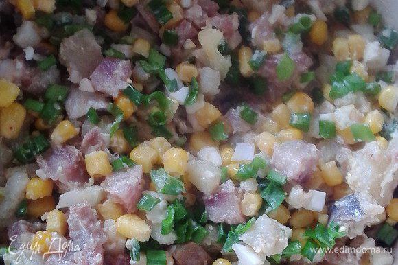 Смешать эти ингредиенты, добавить кукурузу и порезанное полосочками (или кубиком) филе одной сельди. Соль и перец по желанию, полить любимым майонезом. Вот все и готово!