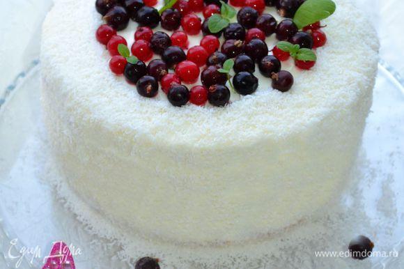 Украсить торт кокосовой стружкой.